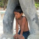 Garçon cambodgien dans un temple Khmer.